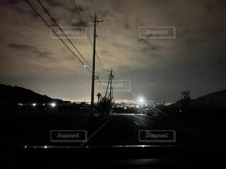 曇りの夜に信号を灯すの写真・画像素材[4417659]