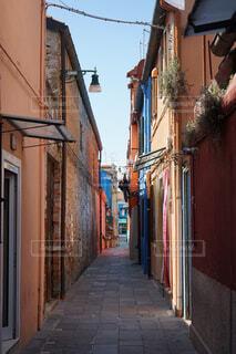 イタリアのカラフルな小道の写真・画像素材[4375673]