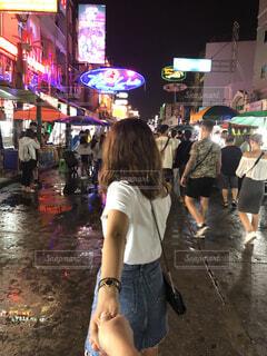 手を繋いで歩いてるカップルの写真・画像素材[4375841]