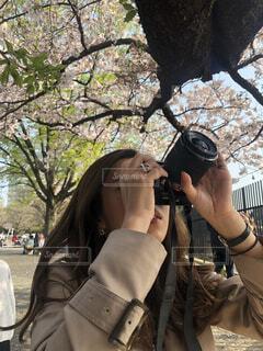 桜の写真を撮る女性の写真・画像素材[4379098]