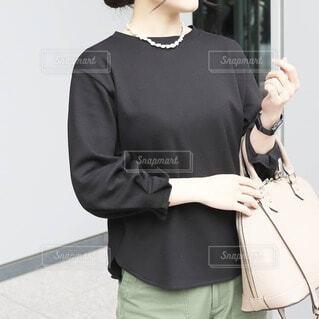 バッグを持つ女性の写真・画像素材[4372181]