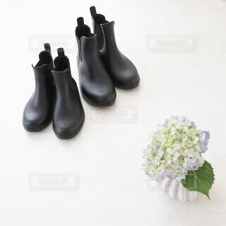 親子の長靴とアジサイの写真・画像素材[4401745]