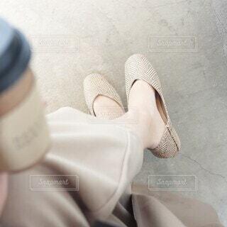 カフェと足元の写真・画像素材[4402411]
