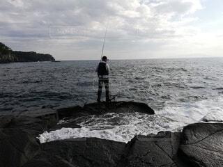 釣っていたら横から波が!?の写真・画像素材[4379815]