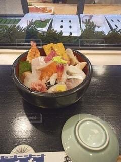 テーブルの上に食べ物を1杯入れるの写真・画像素材[4373586]
