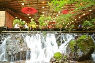 レストランの傍を流れる滝の写真・画像素材[4402945]