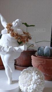 テーブルの上に花の花瓶の写真・画像素材[4529114]