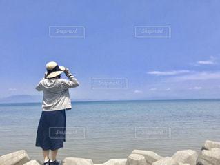 海を見つめる女性の写真・画像素材[1456044]