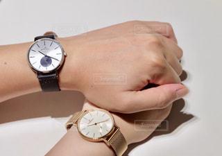 時計をつけて手を握るカップルの写真・画像素材[1456050]