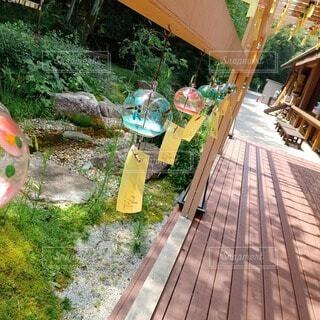 庭にある風鈴の写真・画像素材[4382618]