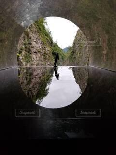 背景に山があるトンネルの写真・画像素材[4382982]
