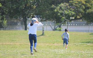 公園で走り回る2人の女の子の写真・画像素材[4404719]