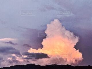 夕焼けに染まる入道雲ー2の写真・画像素材[4641773]