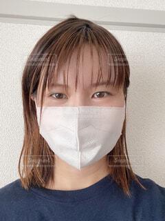 マスクをして真顔の女性の写真・画像素材[4592367]
