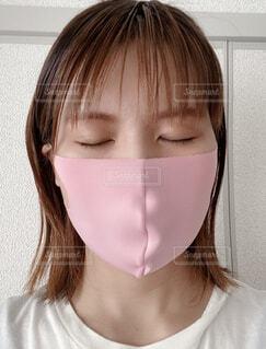 目を瞑る女性の写真・画像素材[4604629]