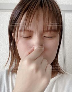 鼻を摘む女性の写真・画像素材[4604637]