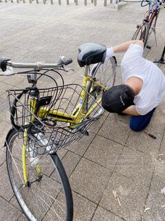 タイヤ交換をする男性の写真・画像素材[4616252]