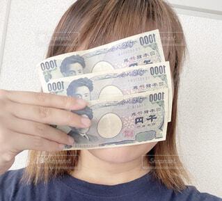 お金を持つ女性の写真・画像素材[4621504]