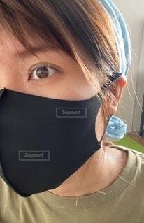 黒マスクを着けて1枚!の写真・画像素材[4633732]