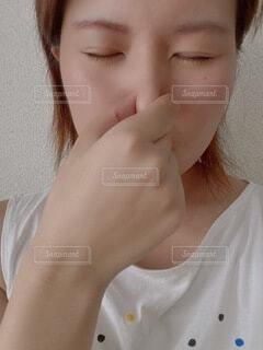 鼻をつまむ女性の写真・画像素材[4638301]