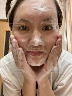 洗顔中の女性の写真・画像素材[4664240]