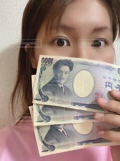 紙を持っている少女の写真・画像素材[4855834]