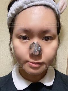カメラのポーズをとるマスクをしている人のクローズアップの写真・画像素材[4900704]