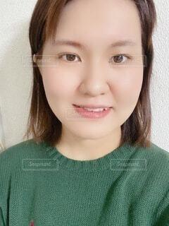 笑顔で緑のシャツを着ている女の子のクローズアップの写真・画像素材[4951846]