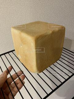網の上の食パンの写真・画像素材[4386650]