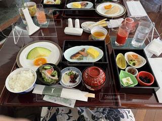 テーブルの上に食べ物を1杯入れるの写真・画像素材[4390718]