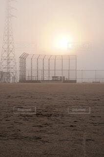 朝霧の中のグラウンドの写真・画像素材[4454476]