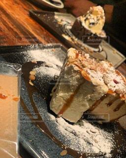 インテリアな机の上が似合うキャラメルソースが絡まるケーキの写真・画像素材[4389559]