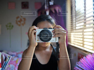 鏡の前でカメラを構える女の子の写真・画像素材[4397677]