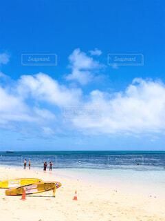 青い海とライフセーバーボートの写真・画像素材[4397801]