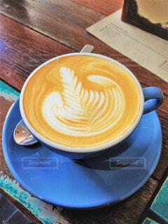青いカップで飲むコーヒーの写真・画像素材[4397867]