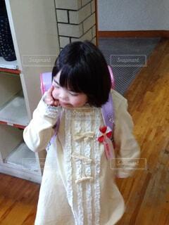 入学式前で緊張している女の子の写真・画像素材[4396638]