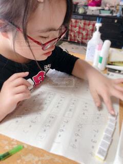 宿題をする女の子の写真・画像素材[4399519]