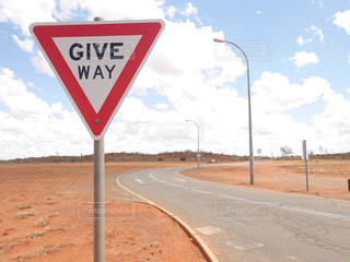 GIVE WAY!! 海外の道路標識の写真・画像素材[1035512]