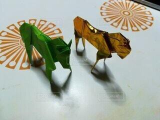 テーブルの上に馬の折り紙の写真・画像素材[4415618]