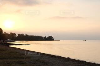 昇りくる太陽の写真・画像素材[4907939]