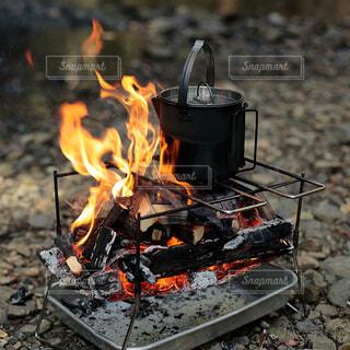 焚き火でお湯を沸かすの写真・画像素材[4405503]