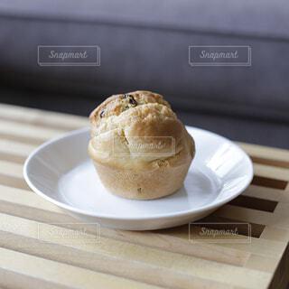 白いプレート皿に盛り付けられた手作りマフィンの写真・画像素材[4405517]