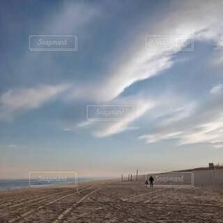 空に広がる雲が見える砂浜の写真・画像素材[4406000]