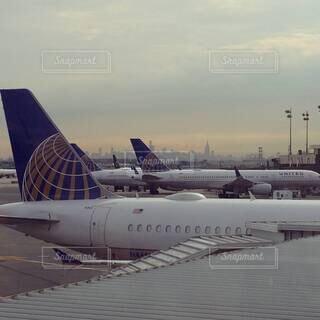 滑走路にとまっている飛行機の写真・画像素材[4406003]