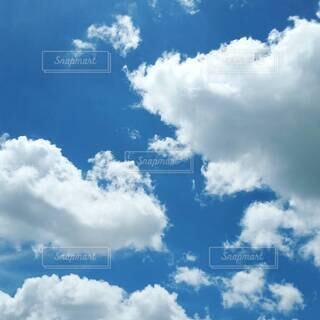 青い空に浮かぶ雲の写真・画像素材[4412212]