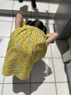 タイル張りの床を持つ人の写真・画像素材[4573638]