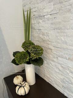テーブルの上に座っている花の花瓶の写真・画像素材[4873217]