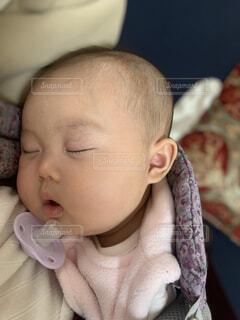 抱っこ紐で寝てしまった赤ちゃんの寝顔の写真・画像素材[4410521]