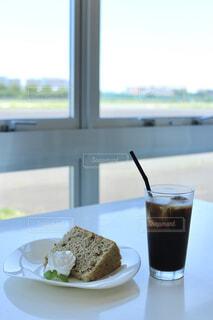 カフェの窓際でいただくスイーツの写真・画像素材[4536408]