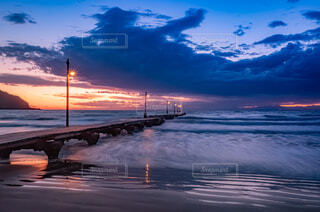 夕暮れ時の桟橋。微かな光は闇に沈む。の写真・画像素材[4409487]
